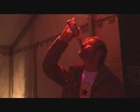 Hardy trinkt weiter.